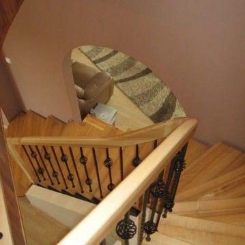 Laiptai ant betoninės konstrukcijos su pūstais kalvio darbo krepšeliais BE 24
