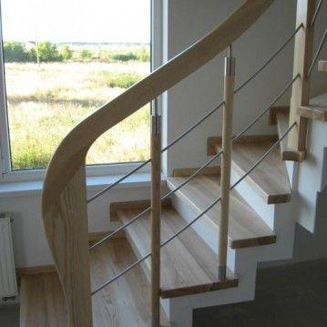 Laiptai ant betoninės konstrukcijos su nerūdijančio plieno horizontaliais strypeliais BE 20
