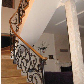 Laiptai su kalvio darbo tvorele BE 06