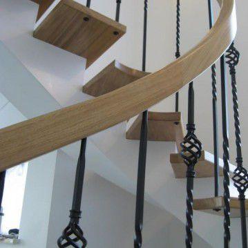 Laiptai ant metalinės konstrukcijos ir erdviškai suktu porankiu MT 41