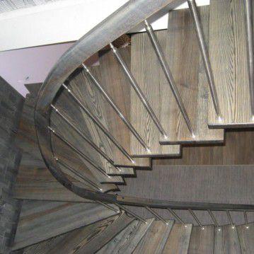 Laiptai ant metalinės konstrukcijos su erdviškai suktu porankiu MT 36