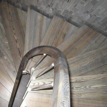 Laiptai ant metalinės konstrukcijos su erdviškai suktu porankiu MT 30