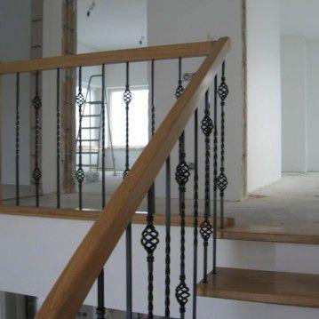 Laiptai ant metalinės konstrukcijos ir erdviškai suktu porankiu MT 38