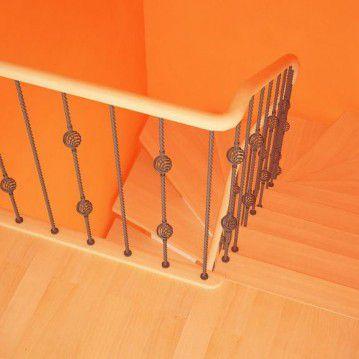 Laiptai ant metalinės konstrukcijos ir erdviškai suktu porankiu MT 04