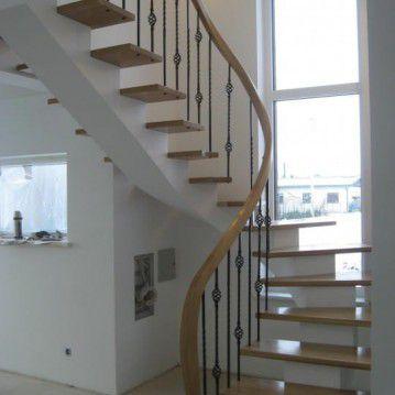 Laiptai ant metalinės konstrukcijos ir erdviškai suktu porankiu MT 39