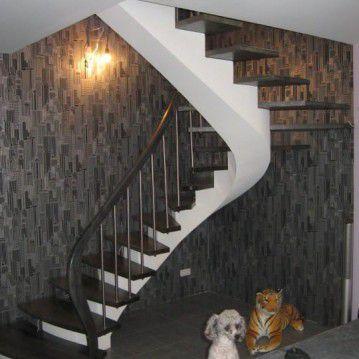 Laiptai ant metalinės konstrukcijos su erdviškai suktu porankiu MT 28