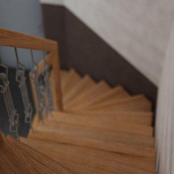 Laiptai ant metalinės konstrukcijos su dekoruotu turėklu MT 12