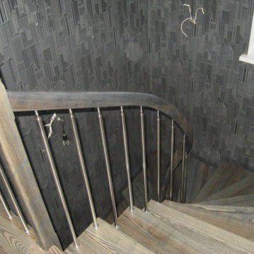 Laiptai ant metalinės konstrukcijos su erdviškai suktu porankiu MT 44