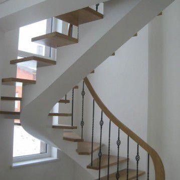 Laiptai ant metalinės konstrukcijos ir erdviškai suktu porankiu MT 46