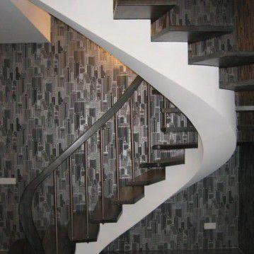 Laiptai ant metalinės konstrukcijos su erdviškai suktu porankiu MT 47