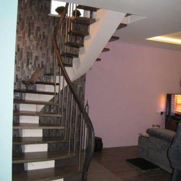Laiptai ant metalinės konstrukcijos su erdviškai suktu porankiu MT 35