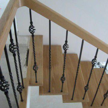 Laiptai ant metalinės konstrukcijos ir erdviškai suktu porankiu MT 53