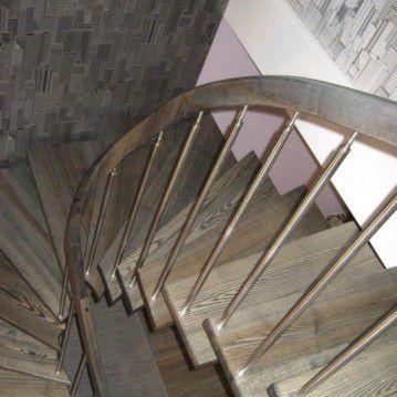 Laiptai ant metalinės konstrukcijos su erdviškai suktu porankiu MT 33