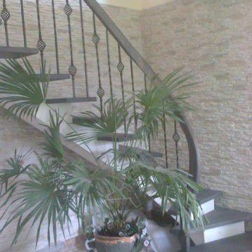 Mediniai laiptai ant plačios metalinės laiptasijos MT 59