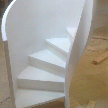 Balti laiptai su medinėm laikančiom sijom ME 07