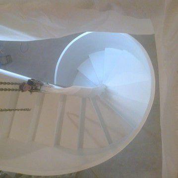 Balti laiptai su medinėm laikančiom sijom ME 10