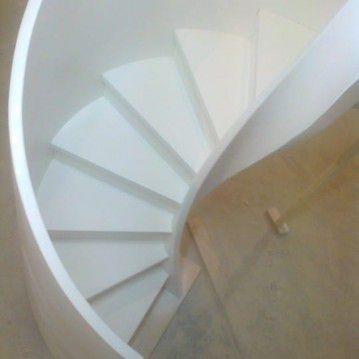 Balti laiptai su medinėm laikančiom sijom ME 11