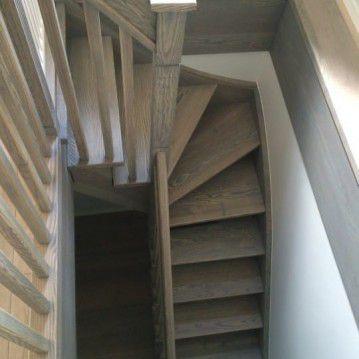 mediniai laiptai su medinėm laikančiom sijom ME 25
