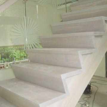 Mediniai laiptai prie stiklinės sienos ME 40