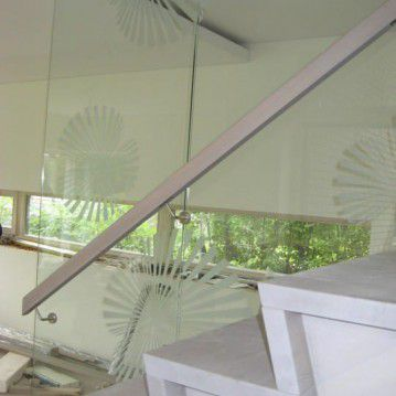Mediniai laiptai prie stiklinės sienos ME 41