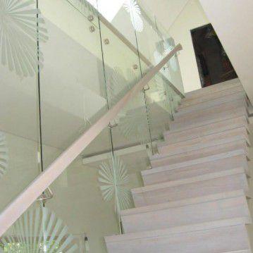 Mediniai laiptai prie stiklinės sienos ME 43