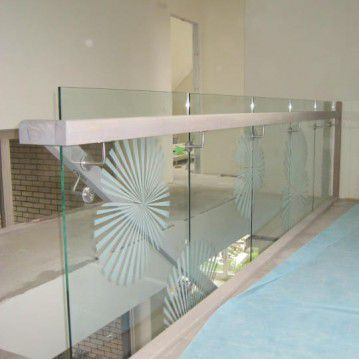 Mediniai laiptai prie stiklinės sienos ME 46
