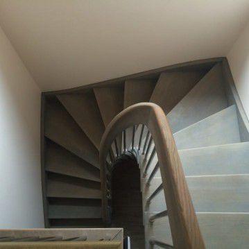 Išlengvinti laiptai su erdviškai suktu porankiu SA 39