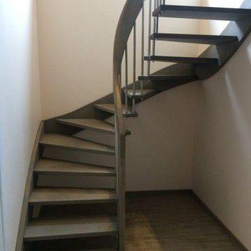 Išlengvinti laiptai su erdviškai suktu porankiu SA 40