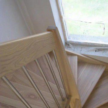Šviesaus medžio sąvaržiniai išlengvinti laiptai SA 43