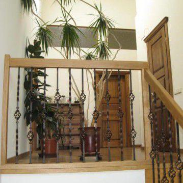 Sąvaržiniai išlengvinti laiptai su dekoruotu metaliniu turėklu SA 45