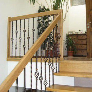 Sąvaržiniai išlengvinti laiptai su dekoruotu metaliniu turėklu SA 47