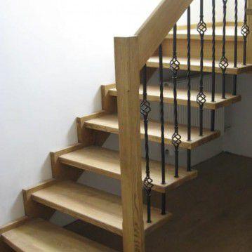 Sąvaržiniai išlengvinti laiptai su dekoruotu metaliniu turėklu SA 49