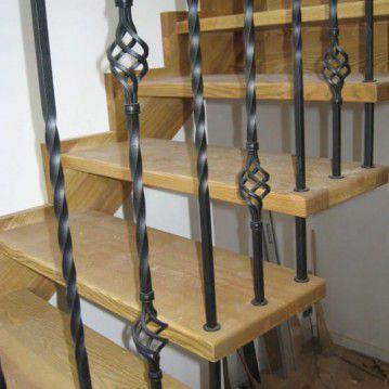 Sąvaržiniai išlengvinti laiptai su dekoruotu metaliniu turėklu SA 50