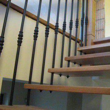 Šviesaus medžio sąvaržiniai laiptai su dekoruotu turėklu SA 71