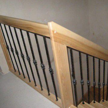 Šviesaus medžio sąvaržiniai laiptai su dekoruotu turėklu SA 75