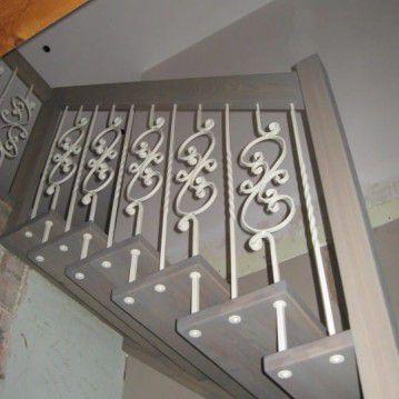 Sąvaržiniai laiptai su baltai dažyta kalvio darbo tvorele SA 79