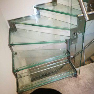 Stikliniai laiptai su nerūdijančio plieno turėklu ST 17